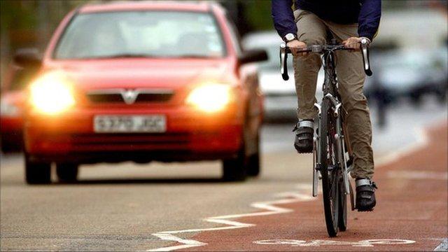 Pedestre, Bicicletas e Carros… todos ocupando o mesmo espaço.